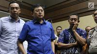 Terdakwa perintangan proses penyidikan KPK, Lucas (kedua kiri) usai sidang putusan di Pengadilan Tipikor, Jakarta, Rabu (20/3). Hakim menyebut Lucas terbukti bersalah merintangi penyidikan KPK atas kasus Eddy Sindoro. (Liputan6.com/Helmi Fithriansyah)