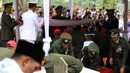 Jenazah istri presiden ke-6 RI Susilo Bambang Yudhoyono (SBY), Ani Yudhoyono dimakamkan di TMP Kalibata, Jakarta, Minggu (2/6/2019). Ani Yudhoyono dimakamkan secara militer. (Liputan6.com/JohanTallo)