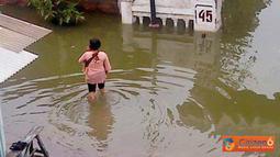 Citizen6, Demak: Banjir setinggi lutut orang dewasa menggenangi Perumahan Pondok Raden Patah, RW 03, Demak, Minggu (24/4). Perumahan tersebut berada di perbatasan Semarang-Demak. (Pengirim: Shari)