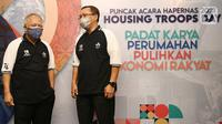 Menteri PUPR, Basuki Hadimuljono berbincang dengan Direktur Utama PT Bank Tabungan Negara (Persero) Tbk Haru Koesmahargyo pada puncak perayaan Hari Perumahan  Nasional di Jakarta, Rabu (25/8/2021). Selama Hapernas digelar, Bank BTN berhasil  mencatatkan 7.500 akad KPR. (Liputan6.com/HO/Satria)
