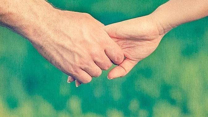 pegangan tangan sepasang kekasih (foto: Brightside)