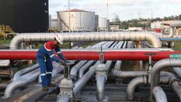 Petugas melakukan pengecekan di area Refinery Unit V Balikpapan, Kalimantan Timur, Senin (22/7/2019). Kapasitas Kilang Balikpapan akan ditingkatkan dengan adanya proyek Refinery Development Master Plan (RDMP). (Liputan6.com/Angga Yuniar)