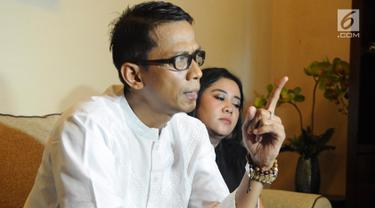 Ayah artis VA, Doddy Sudrajat menggelar jumpa pers di kawasan Buncit, Jakarta, Jumat (25/1). Doddy mengklarifikasi pernyataan artis VA yang mengaku tidak didukung oleh keluarga dalam kasus prostitusi online yang menjeratnya. (Liputan6.com/Herman Zakharia)