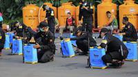 Pemerintah Kota (Pemkot) Surabaya semakin masif melakukan penyemprotan disinfektan untuk mencegah penyebaran Corona COVID-19. (Liputan6.com/ Dian Kurniawan)