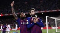 Bek Barcelona, Gerard Pique dan Arturo Vidal melakukan selebrasi usai membobol gawang Rayo Vallecano pada laga La Liga di Stadion Camp Nou, Sabtu (9/3). Barcelona menang 3-1 atas Rayo Vallecano. (AP/Manu Fernandez)