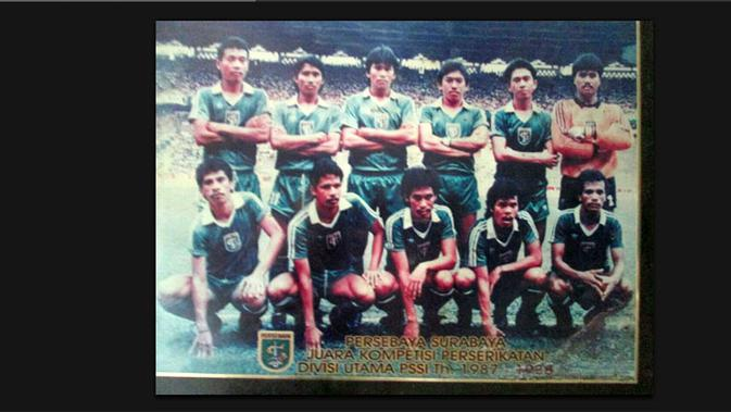 Mustaqim (duduk dua dari kanan) bersama rekan setim di Persebaya saat menjuarai Perserikatan 1987-1988. (Bola.com/Istimewa/Fahrizal Arnas)