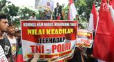 Masa dari aliansi mahasiswa dan pemuda relawan cinta NKRI membawa poster dalam aksi damai di kantor Komnas HAM Jakarta, Senin (17/6/2019). Mereka menuntut Komnas HAM bersikap adil untuk menginvestigasi korban kerusuhan 21-22 Mei dimana aparat keamanan juga menjadi korban. (Liputan6.com/Angga Yuniar)