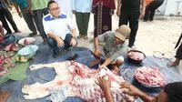 Zulkifli Hasan, usai melihat pemotongan dan pembagian hewan kurban bersama Bupati Lampung Selatan Zainudin Hasan, di desa Sukau di kaki gunung Rajabasa, Kalianda, Kabupaten Lampung Selatan.