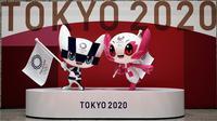 Patung Miraitowa (kiri) dan Someity, maskot resmi untuk Olimpiade dan Paralimpiade Tokyo 2020/2021, terlihat menandai 100 hari sebelum dimulainya Olimpiade Tokyo 2020 di gedung Pemerintah Metropolitan Tokyo, Rabu (14/4/2021). Olimpiade Tokyo akan dibuka pada 23 Juli 2021. (Eugene Hoshiko/POOL/AFP)