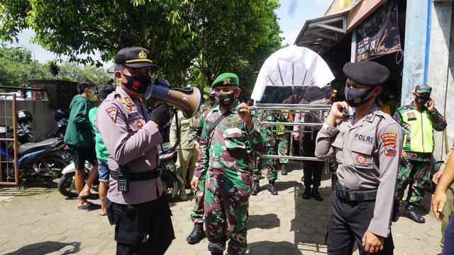 Pelanggar prokes Covid-19 di Purbalingga dimasukkan ke keranda jenazah dan diarak keliling. (Foto: Liputan6.com/Rudal Afgani Dirgantara)
