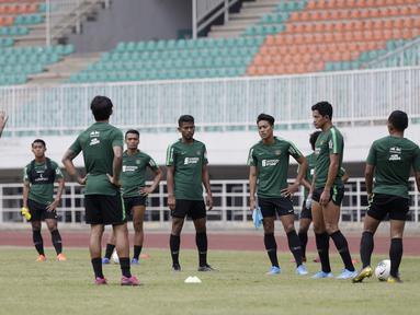 Pelatih Timnas Indonesia, Simon McMenemy, memberikan arahan kepada pemainnya saat sesi latihan di Stadion Pakansari, Bogor, Sabtu (24/8). Latihan ini merupakan persiapan jelang laga kualifikasi Piala Dunia 2020. (Bola.com/Yoppy Renato)