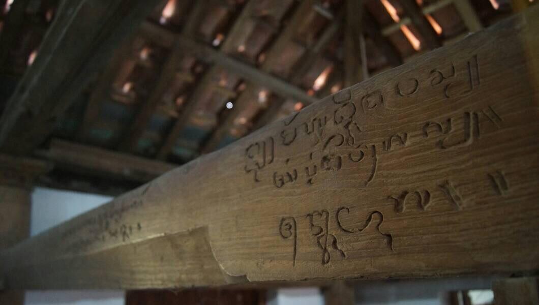 Masjid dengan bentuk sederhana itu memiliki tiang yang diperkirakan sudah berusia empat abad. (Liputan6.com/Panji Prayitno)
