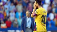 Lionel Messi tertunduk lesu saat Barcelona dibantai Levante (AFP)