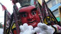 "Peserta pawai Bogor Street Festival Cap Go Meh (CGM) 2020 yang digelar di Jalan Surya Kencana, Kota Bogor, Jawa Barat, Sabtu (8/2/2020). Festival bertema ""Ajang Budaya Pemersatu Bangsa"" dimeriahkan 25 kelompok barongsai-liong dan beragam tarian daerah. (Liputan6.com/Helmi Fithriansyah)"