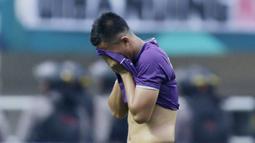 Bek Persita Tangerang, Rico Sanjaya, menangis usai ditaklukkan Kalteng Putra pada laga Liga 2 di Stadion Pakansari, Jawa Barat, Selasa (4/12). Kalteng menang 2-0 atas Persita. (Bola.com/M. Iqbal Ichsan)