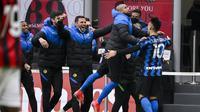 Striker Inter Milan, Lautaro Martinez (kanan) bersama para pemain cadangan merayakan gol kedua ke gawang AC Milan dalam laga lanjutan Liga Italia 2020/21 pekan ke-23 di San Siro Stadium, Minggu (21/2/2021). Inter Milan menang 3-0 atas AC Milan. (LaPresse via AP/Marco Alpozzi)