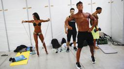 Binaraga pria dan wanita turut serta jelang kejuaraan binaraga Arnold Classic Europe di Madrid, Spanyol, Jumat (25/9/2015). (Reuters/Susana Vera)