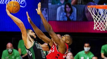 Pebasket Boston Celtics, Jayson Tatum, berusaha memasukkan bola saat melawan Toronto Raptors pada laga NBA di Lake Buena Vista, Senin (7/9/2020). Boston Celtics menang telak 111-89 atas Toronto Raptors. (AP/Mark J. Terrill)