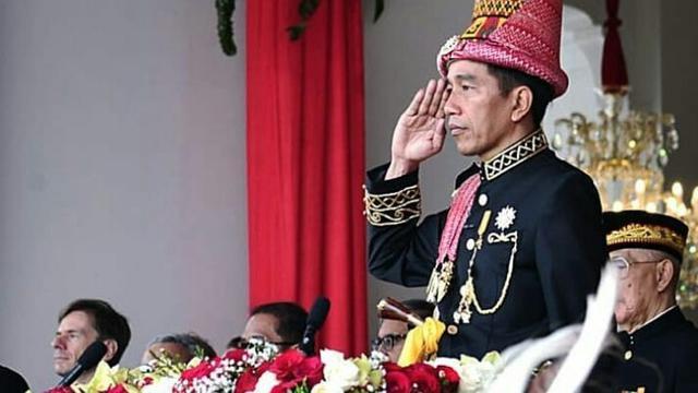 11 Gaya Jokowi Kenakan Baju Adat dari Berbagai Daerah