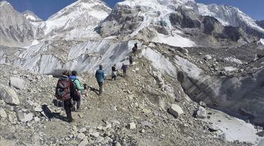 Pada 22 Februari 2016, pendaki melewati gletser di base camp Mount Everest, Nepal.