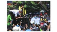 Sisi Lain Demo Mahasiswa di Semarang, Ganjar Pranowo Ajak Masa Perbaiki Taman (sumber:instagram/@embunphilosophy)