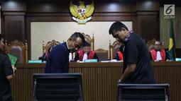 Terpidana suap pejabat Bakamla, Fahmi Darmawansyah (kiri) jelang bersaksi pada sidang lanjutan dugaan suap terkait penambahan anggaran pengadaan satelit monitoring dan drone Bakamla dengan terdakwa Erwin Syaaf Arief, Pengadilan Tipikor, Jakarta, Senin (5/8/2019). (Liputan6.com/Helmi Fithriansyah)