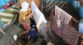 Seorang ibu membuat batik tulis di Kampung Batik Puswasedar kawasan Geopark Ciletuh, Sukabumi, Jawa Barat, Sabtu (22/9). Lebih dari 50 perempuan menekuni pembuatan batik tulis maupun cetak. (Merdeka.com/Arie Basuki)