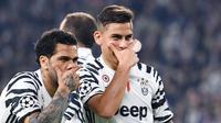 Pemain Juventus, Paulo Dybala (kanan)  merayakan golnya Dani Alves saat melawan FC Porto pada Babak 16 Besar Liga Champions di Juventus Stadium, (14/3/2017). Juventus menang 1-0. (EPA/Alessandro Di Marco)