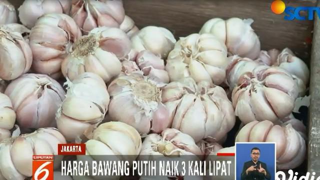 Sejak Minggu pagi, warga rela mengantri demi mendapat bawang putih yang di jual seharga Rp 25 ribu per kilogram.