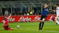 Pemain Inter Milan, Mauro Icardi melakukan tendangan ke gawang Cagliari pada laga pekan ke-33 Serie A, di Giuseppe Meazza, Selasa (17/4).  Menjamu Cagliari, Inter Milan memetik kemenangan meyakinkan dengan skor 4-0. (AP/Antonio Calanni)