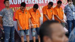 Para tersangka dihadirkan dalam rilis kasus pencurian kendaraan dengan pemberatan di Polda Metro Jaya, Jumat (3/5/2019). Polisi meringkus enam orang tersangka kasus pencurian dengan barang bukti berupa sejumlah sepeda motor, senjata api serta alat pembuka kunci motor (Liputan6.com/Immanuel Antonius)
