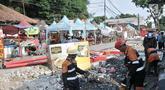 Pekerja menyelesaikan proyek trotoar Jalan Kramat Raya, Jakarta, Senin (16/9/2019). Para pedagang Nasi Kapau dan makanan ringan khas Sumatera Barat di kawasan Kramat Raya tetap bertahan untuk berjualan meski kios mereka tergusur akibat proyek pelebaran trotoar. (merdeka.com/Iqbal S. Nugroho)