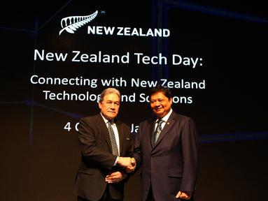Menteri Perindustrian RI, Airlangga Hartarto bersalaman dengan Wakil PM sekaligus Menlu Selandia Baru, Winston Peters usai membuka New Zealand Tech Day 2018 di Jakarta, Kamis (4/10). (Foto:Istimewa)