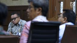 Terdakwa dugaan korupsi pengadaan e-KTP, Irvanto Hendra Pambudi (kiri) menyimak keterangan saksi pada sidang lanjutan di Pengadilan Tipikor, Jakarta, Selasa (18/9). Sidang mendengar keterangan enam saksi. (Liputan6.com/Helmi Fithriansyah)