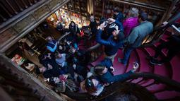 Wisatawan mengambil gambar toko buku Lello di Porto, Portugal, Sabtu (12/1). Nama Lello sendiri diambil dari nama pendirinya yaitu Lello bersaudara, José dan António. (MIGUEL RIOPA/AFP)