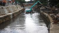 Untuk menjaga kondisi sungai tetap baik dan lancar, Pemprov DKI mengerahkan sebuah ekskavator untuk mengeruk lumpur di kali inspeksi Ciliwung, Jakarta, Selasa (3/3/2015).(Liputan6.com/Faizal Fanani)