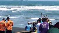 Warga turut mencari dua nelayan yang hilang tenggelam di Pantai Lengkong, Cilacap, Jawa Tengah. (Foto: Liputan6.com/HNSI/Muhamad Ridlo)