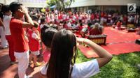 Para siswa mengikuti upacara bendera di Kampus JIS Pattimura, Jakarta, Rabu (16/8). JIS sebagai sekolah internasional menjadi bagian dari masyarakat Indonesia yang terus menjaga kebudayaan yang telah diadakan turun menurun. (Liputan6.com/Faizal Fanani)