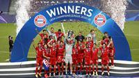 Para pemain Bayern Munchen berselebrasi mengangkat trofi Liga Champions setelah mengalahkan PSG pada pertandingan final di stadion Luz di Lisbon (23/8/2020). Munchen menang tipis atas PSG 1-0. (AFP/Pool/Matthew Childs)
