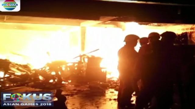 Delapan mobil pemadam kebakaran dikerahkan untuk memadamkan api dan satu jam kemudian petugas baru bisa memadamkan api.