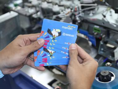 Karyawan menunjukkan e-Money edisi Asian Para Games 2018 di unit produksi kartu, Jakarta, Rabu (3/10). Bank Mandiri menerbitkan e-money bergambar maskot Asian Para Games (APG). (Liputan6.com/Angga Yuniar)