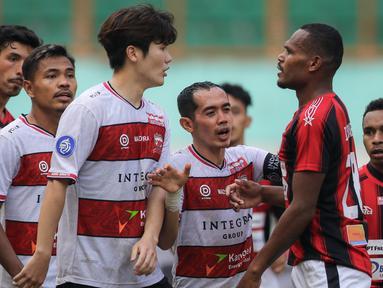 Persipura berhasil memaksakan hasil imbang 2-2 melawan Madura United dalam laga pekan ke-6 BRI Liga 1 2021/2022 di Stadion Wibawa Mukti, Cikarang, Minggu (3/10/2021). Hasil ini belum mampu mengangkat Tim Mutiara Hitam dari peringkat dua terbawah klasemen sementara. (Bola.com/Bagaskara Lazuardi)