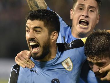 Striker Uruguay, Luis Suarez, merayakan gol yang dicetak oleh Federico Valverde ke gawang Paraguay pada laga kualifikasi piala dunia 2018 di Stadion Defensores del Chaco, Rabu (6/9/2017). Uruguay menang 2-1 atas Paraguay. (AFP/Daniel Duarte)