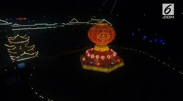 Sebuah festival lampion digelar di Yunan, China. Acara ini digelar untuk memperingati hari kemerdekaan dan liburan pertengahan musim gugur. Salah satu yang menjadi pusat perhatian adalah lentera setinggi 12 meter.