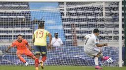 Penyerang Uruguay, Luis Suarez, saat mencetak gol lewat tendangan penalti ke gawang Kolombia pada laga kualifikasi Piala Dunia 2022 zona CONMEBOL di Estadio Metropolitano Roberto Melendez, Sabut (14/11/2020) dini hari WIB. Uruguay menang 3-0 atas Kolombia. (AFP/Raul Arboleda)