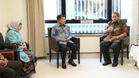 Wapres Jusuf Kalla menjenguk Ani Yudhoyono, istri Presiden ke-6 RI Susilo Bambang Yudhoyono (foto: dokumen Partai Demokrat)