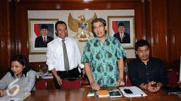 Komisioner KPU, Hadar Nafis Gumay (ketiga kiri) berdiri usai terpilih sebagai Plt Ketua KPU Pusat di Jakarta, Selasa (12/7). Hadar akan memimpin KPU hingga terpilihnya Ketua yang baru. (Liputan6.com/Helmi Fithriansyah)