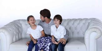 Reza Rahadian, aktor tampan asli Indonesia yang satu ini ternyata sangat mencintai anak-anak meskipun masih menyandang status lajang. Kecintaannya ini terbukti dengan keterlibatannya dalam video klip lagu anak-anak. (Nurwahyunan/Bintang.com)