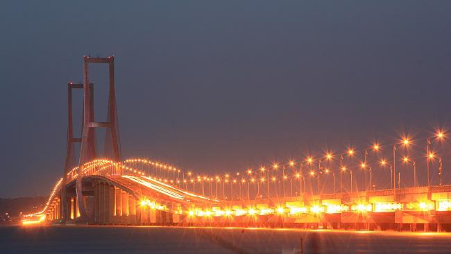 Indahnya Jembatan Suramadu di malam hari.