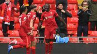 Sadio Mane (kanan) merayakan golnya ke gawang Crystal Palace dalam laga Liga Inggris pekan 38 di Anfield, Minggu (23/5/2021). (PAUL ELLIS / POOL / AFP)
